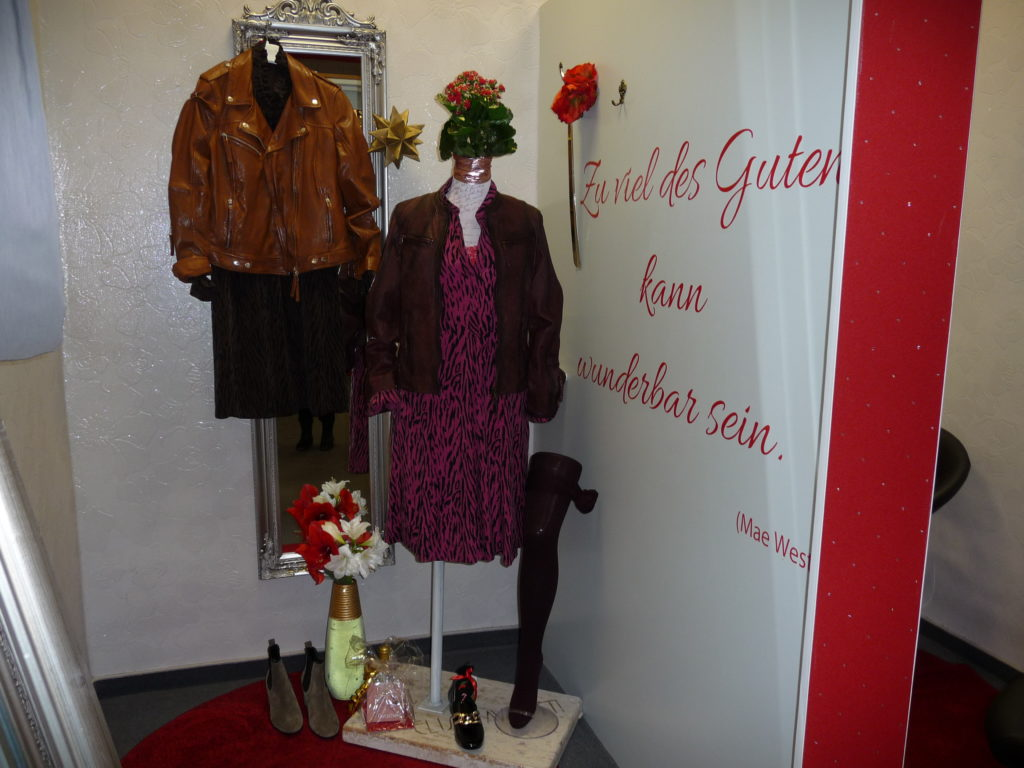Trend... Kleid mit Lederjacke